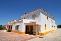 Spacious 6 bedroom villa in a quiet location near...